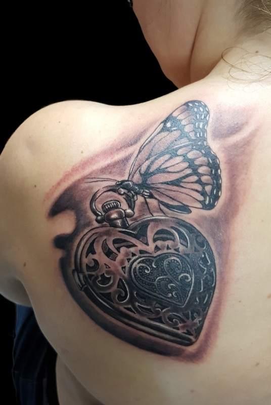 volly-tattoo-black-grey-hert-schmetterling