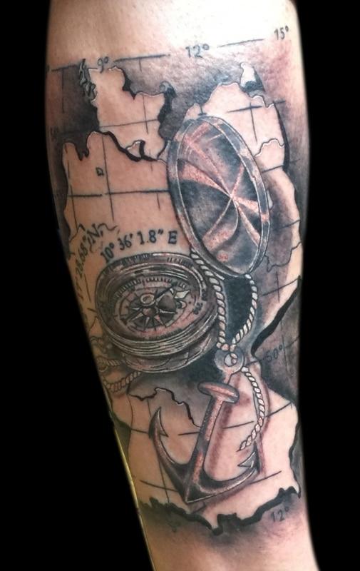 dilo-tattoo-black-grey-kompass-ladkarte
