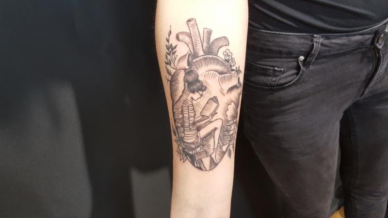 Zone- Tattoo-Volly-Herz:Lesende-Frau