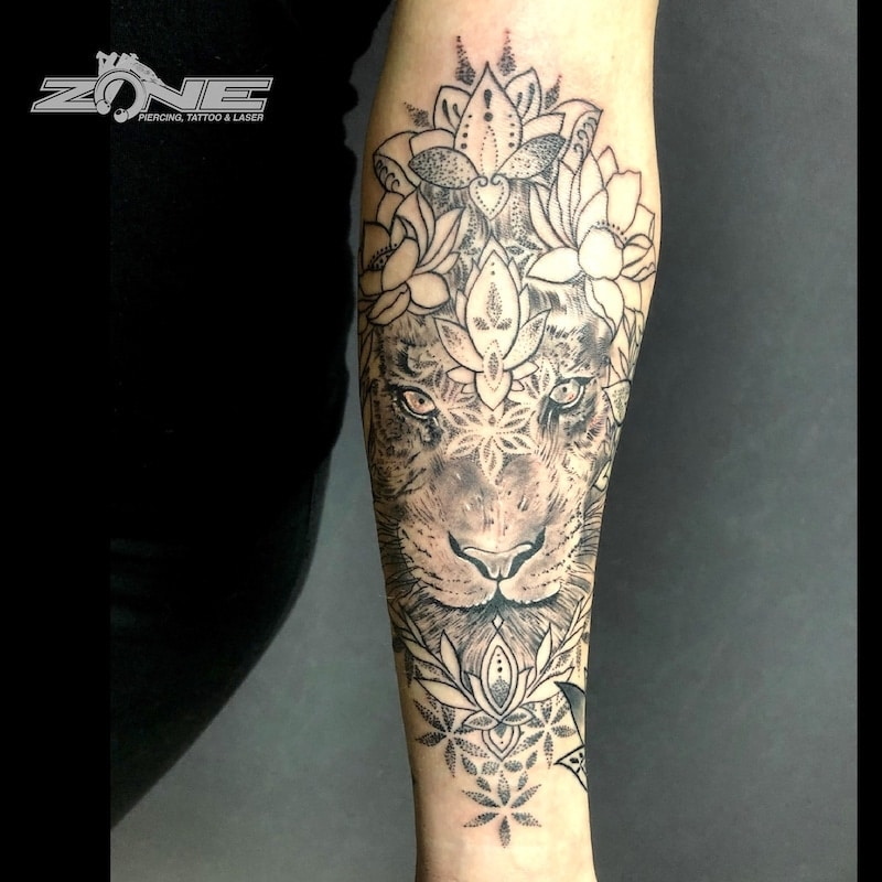 Zone -Tattoo -Dilo -Black and Grey -Löwe -Blumen