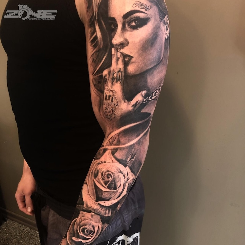 Zone - Tattoo -Potrait -Realistic -Black and Grey -Uhr -Sleeve - Rose - Grigory Isaev