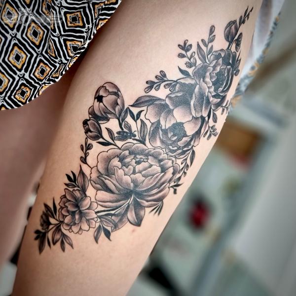 Zone -Tattoo - Piercing - Volly - Blackandgrey - Rose - Pfingstrose - Oberschenkel - Braunschweig1